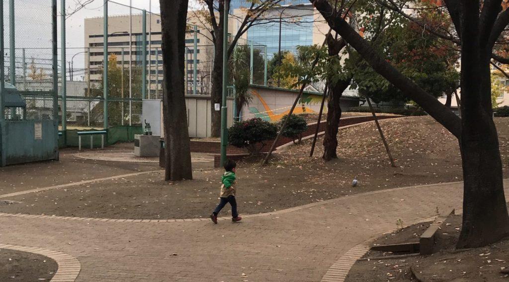 走り回る息子